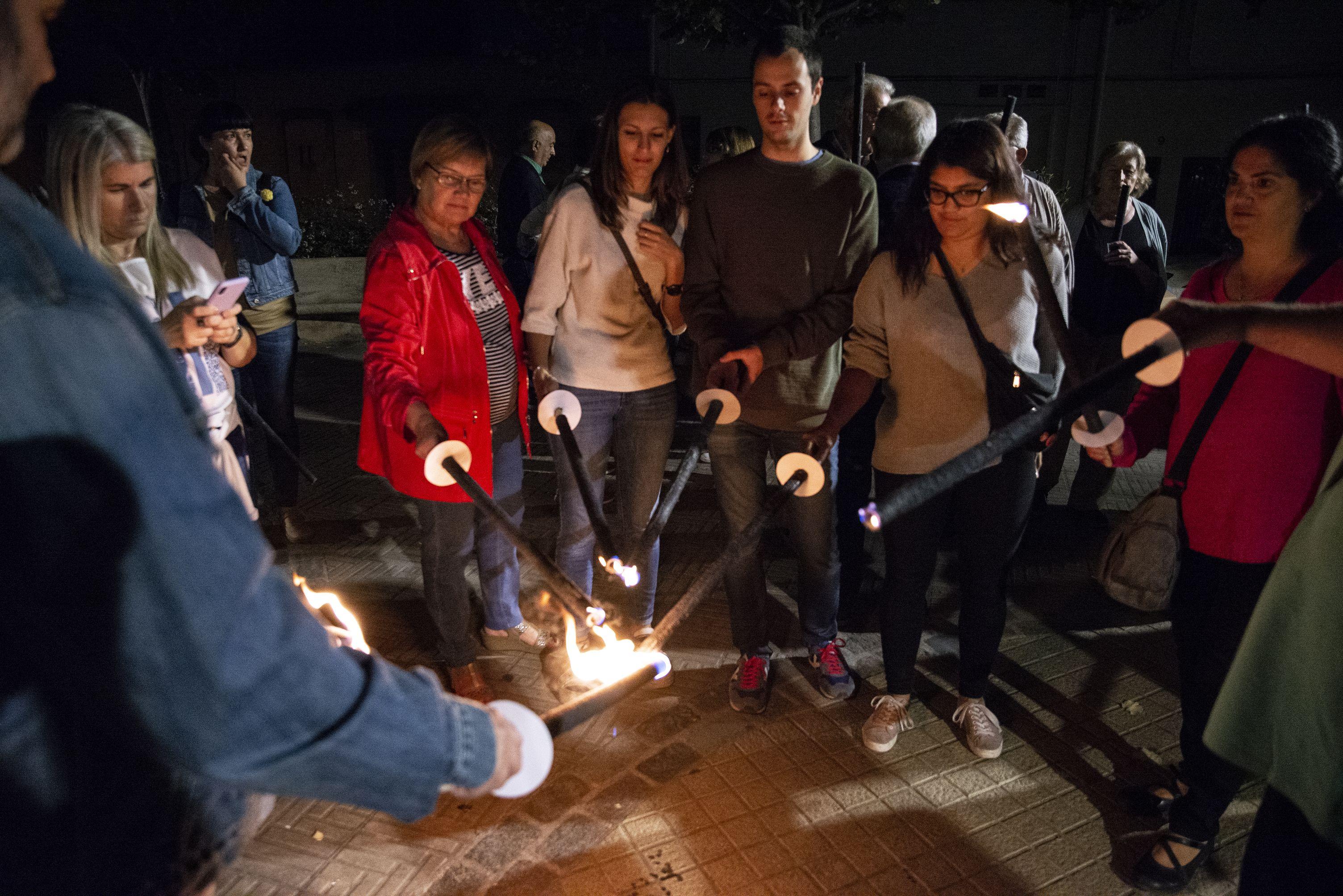 Encenent les torxes a Plaça Catalunya